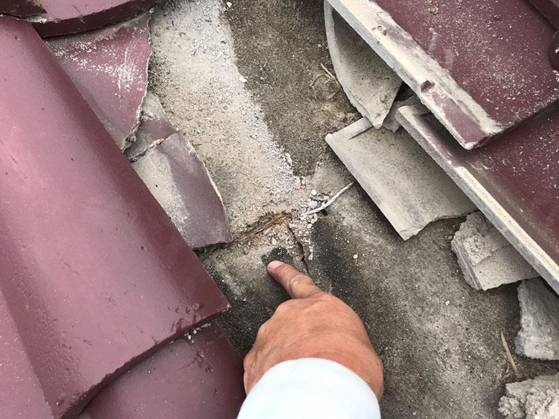 瓦に少しヒビが入るだけで、雨漏りの原因となります。