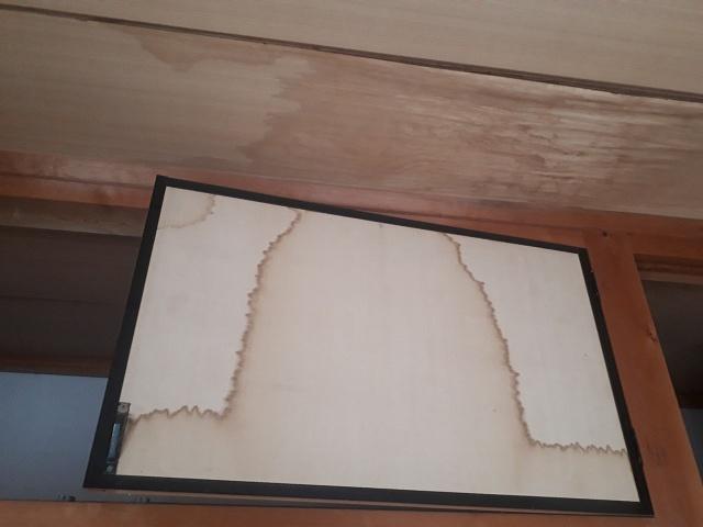 ふすまにまで染み込んでしまった雨漏り、原因は屋根の棟部分の劣化でした。
