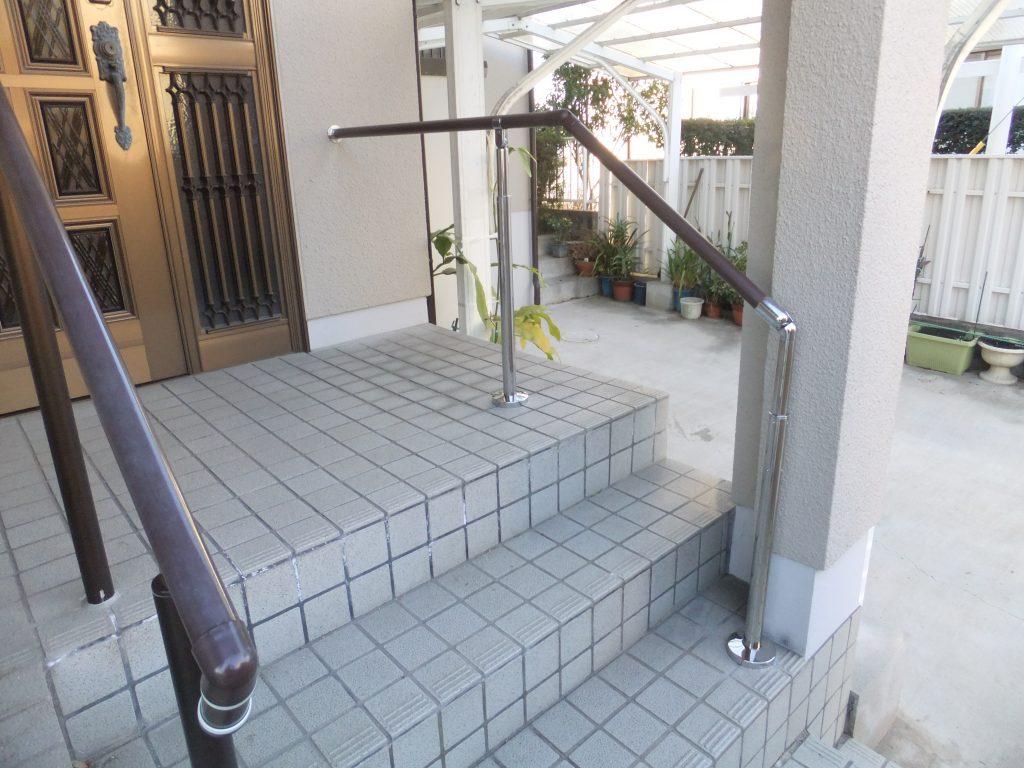 段差が不安な玄関先につかまりやすい手摺を設置しました。
