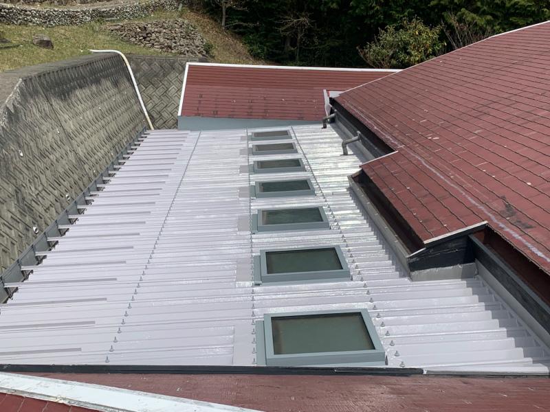 三田市 折半屋根雨漏り修理。兵庫県で数社しか施工できない特殊防水工事完成!