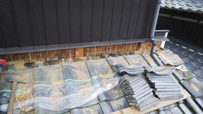 台風での雨漏りを解決。防水シートと雨押えで壁際からの雨を防ぎます。