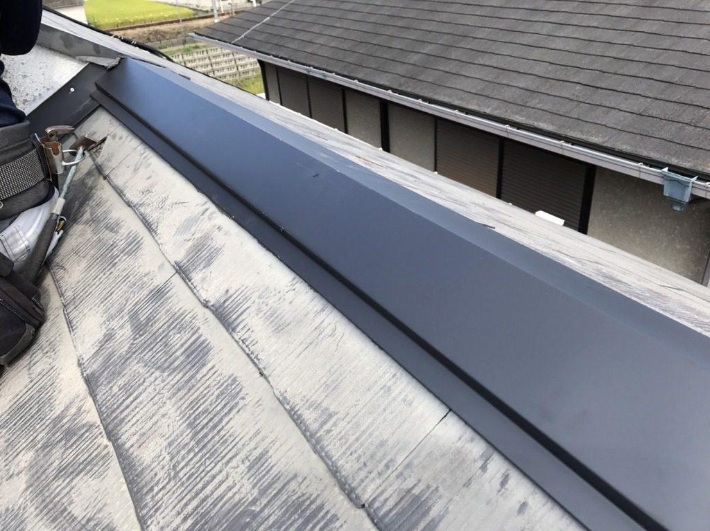 雨漏りの原因は屋根の棟板金。釘が外れて浮いてしまっていました。