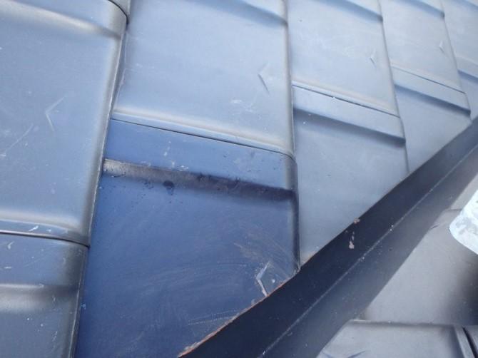 台風の影響で割れた瓦を差し替え工事。急勾配の屋根には安全対策で足場を立てて工事します。