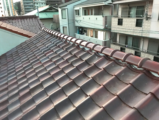 築50年の文化住宅。大型台風で飛んだ屋根瓦を補修。