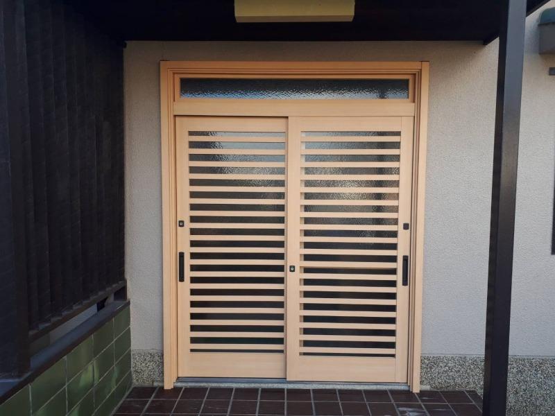 古い引き戸が重いから、開けやすい玄関に変えたいとご相談いただきました。
