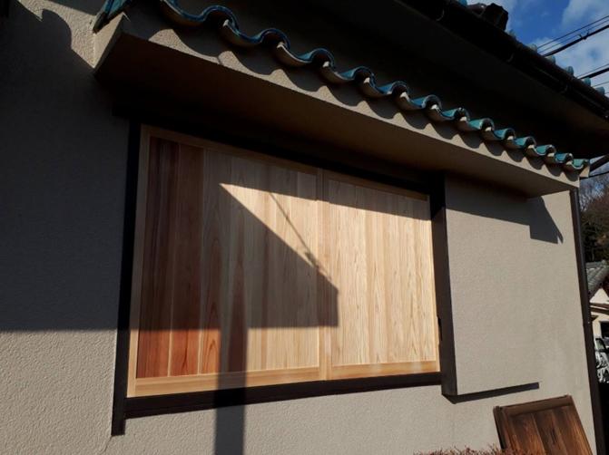 古くなった木製雨戸を修理して、開け閉めを快適に