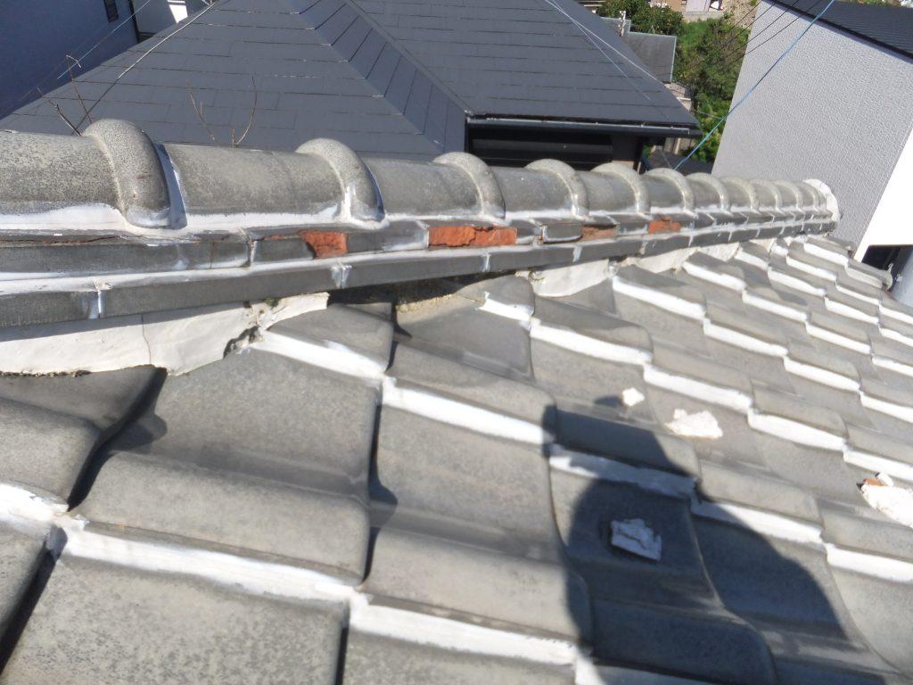 瓦と瓦の接着剤。漆喰の劣化は雨漏りを引き起こす原因のひとつです。