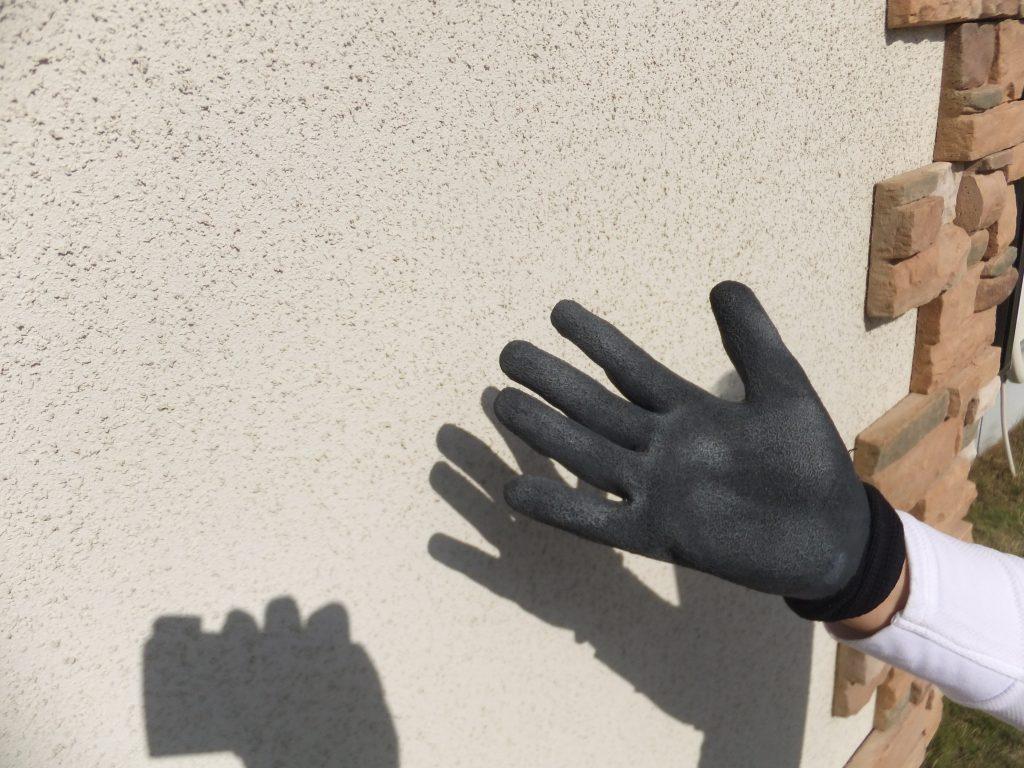 外壁の白い粉は劣化のサイン。セルフチェックでお家を守りましょう。